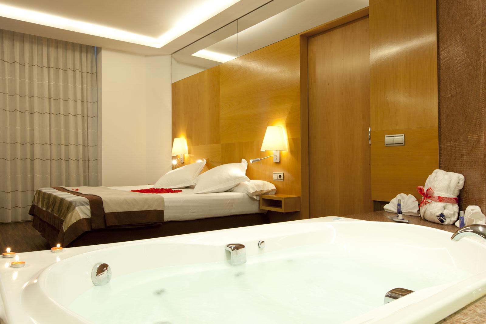 Hotel de luxe a barcelone avec jacuzzi for Chambre avec jacuzzi barcelone