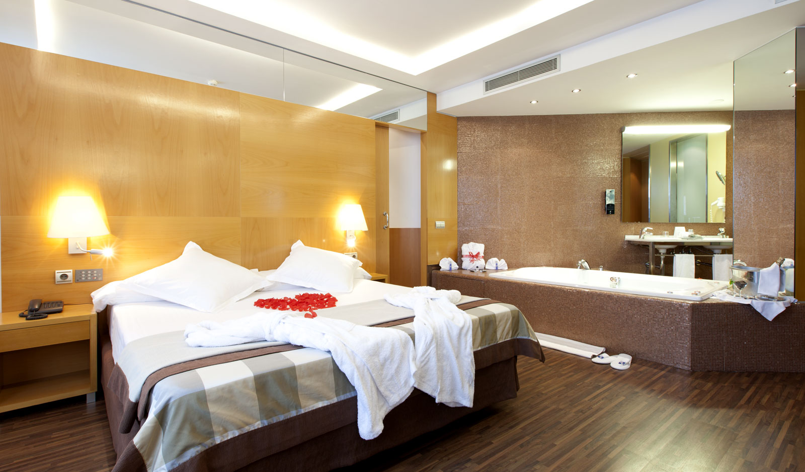 Jacuzzi suite rooms hotel sb icaria barcelona official - Jacuzzi de lujo ...